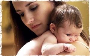 bebe-en-brazos-de-su-madre